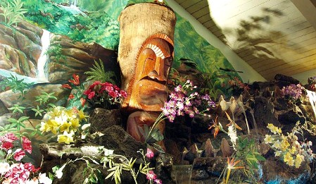 Tiki waterfall at Sam's Seafood, photo by tikijackelope